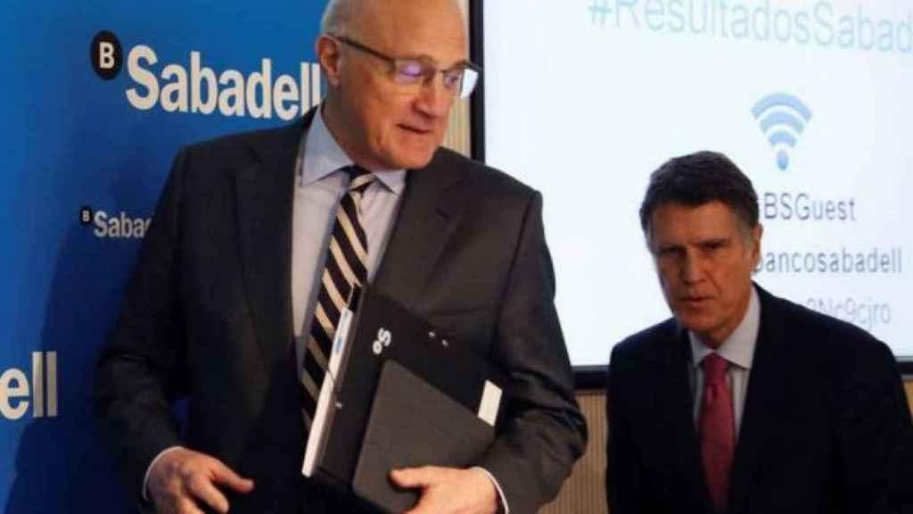 Josep Oliu, presidente del Sabadell y Jaime Guardiola, consejero delegado del banco.