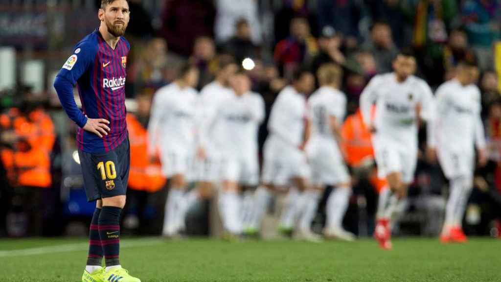 Messi se lamenta tras un gol del Valencia frente al Barcelona en La Liga