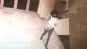 Imagen difundida por la Policía Nacional de la 'falsa pediatra' con el bebé robado en brazos
