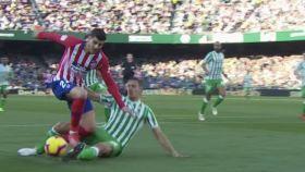 Morata reclamó penalti de Feddal en el Betis - Atlético de La Liga. Foto: Twitter (@elchiringuitotv)