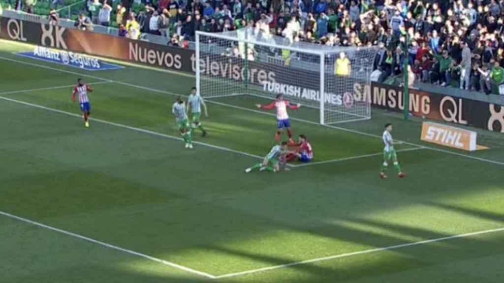 Morata, en el suelo del Benito Villamarín tras un posible penalti de Feddal