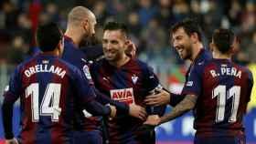 Charles celebra con sus compañeros uno de sus goles en el Eibar - Girona de La Liga