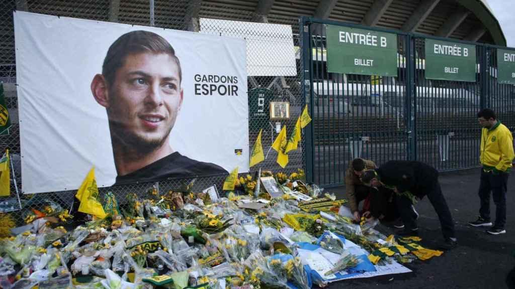 Homenaje al futbolista argentino Emiliano Salas a las puertas del estadio del Nantes.