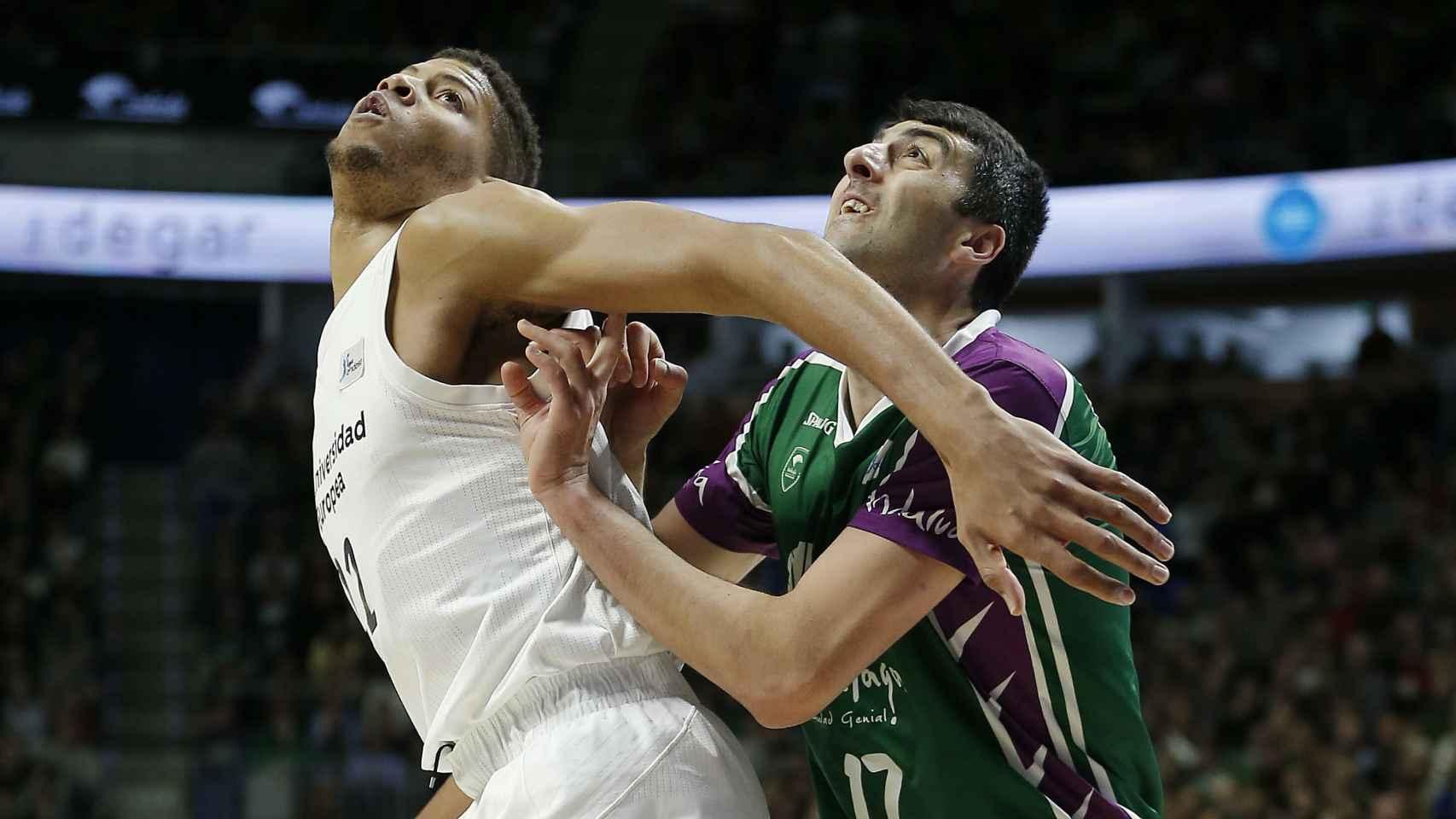 Tavares y Shermadini pelean por un rebote. Autor: ACB.