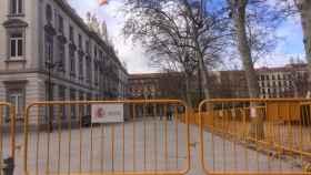 Vallas de seguridad rodean desde hace unos días la entrada al Tribunal Supremo./