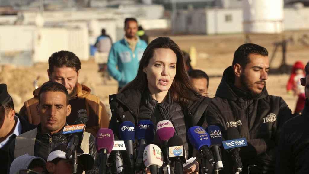 Angelina Jolie durante la visita, en una reunión con representantes oficiales.