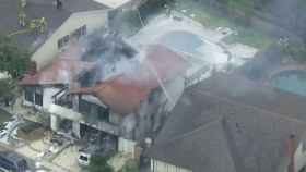 La casa sobre la que se precipitó la  avioneta, en un vecindario de California.