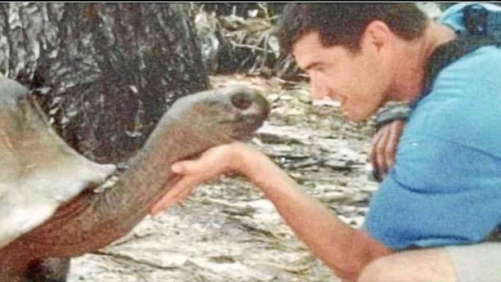 Imagen de Toni Cantó con una tortuga que tuvo durante mucho tiempo en la cabecera de Twitter.