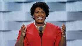 Stacey Abrams durante un discurso.