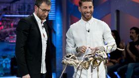 Pablo Motos y Sergio Ramos junto a la hormiga de bronce pulido.