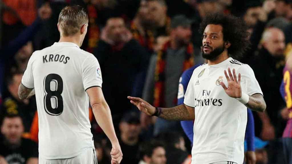Marcelo habla con Kroos durante El Clásico