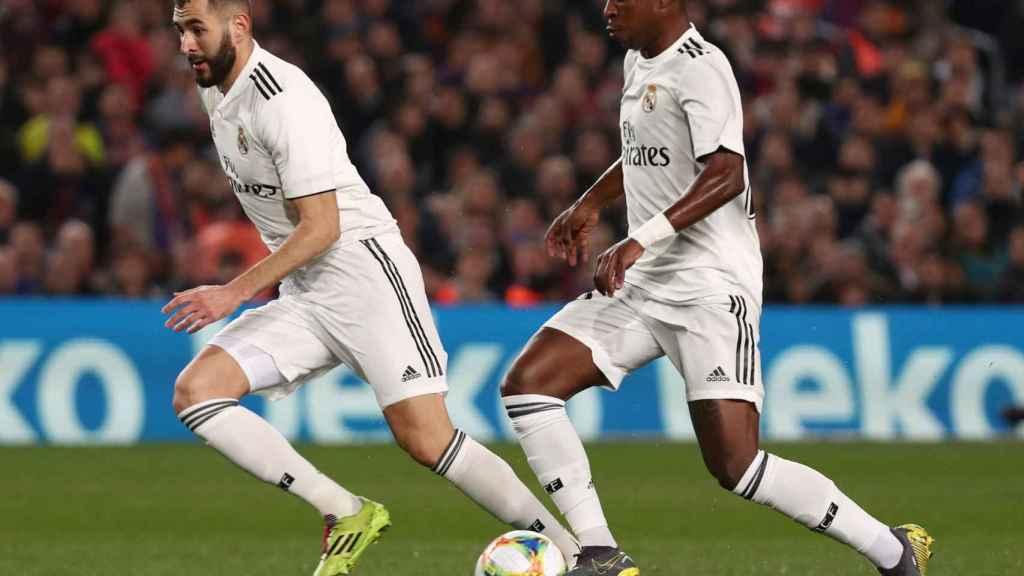 Benzema y Vinicius combinan ante la defensa del FC Barcelona