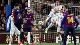 Lucas Vázquez intenta despejar un lanzamiento del FC Barcelona