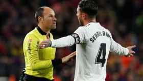 Sergio Ramos, ante Mateu Lahoz durante El Clásico