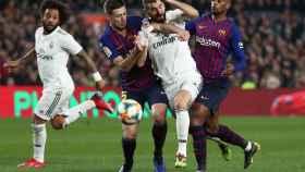 Lenglet y Semedo, presionando a Karim Benzema durante El Clásico
