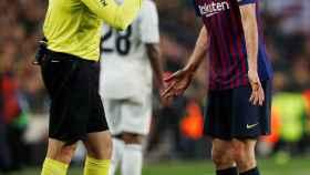 Mateu Lahoz conversa con Busquets