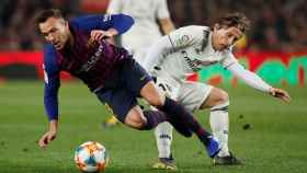 Arthur y Modric chocan peleando por un balón