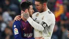 Sergio Ramos y Leo Messi se saludan tras El Clásico de Copa