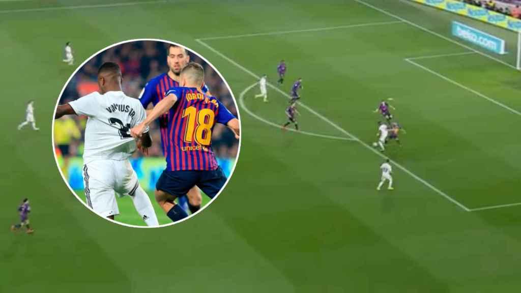Agarrón de Jordi Alba a Vinicius dentro del área del Barça