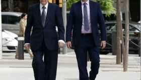 Villar Mir, junto a un escolta, en una de sus comparecencias en el caso Lezo./