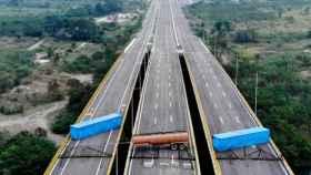 Dos contenedores y un camión cisterna bloquean el puente de Tienditas