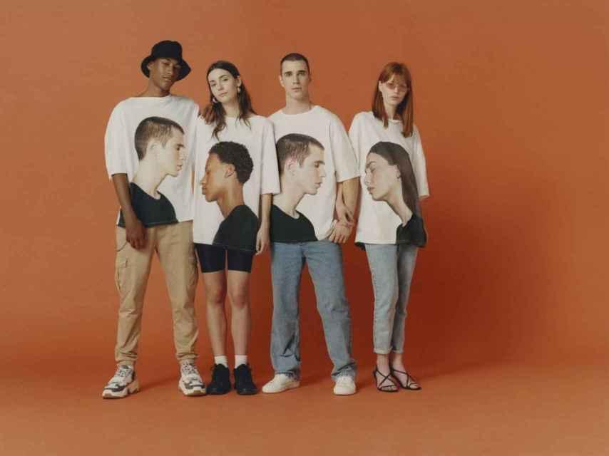 Diferentes modelos con dos camisetas de Bershka.