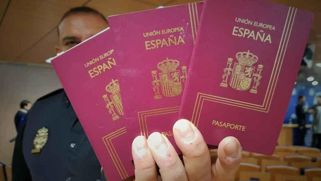 Uno de los policías que intervino en el operativo sostiene varios pasaportes incautados.