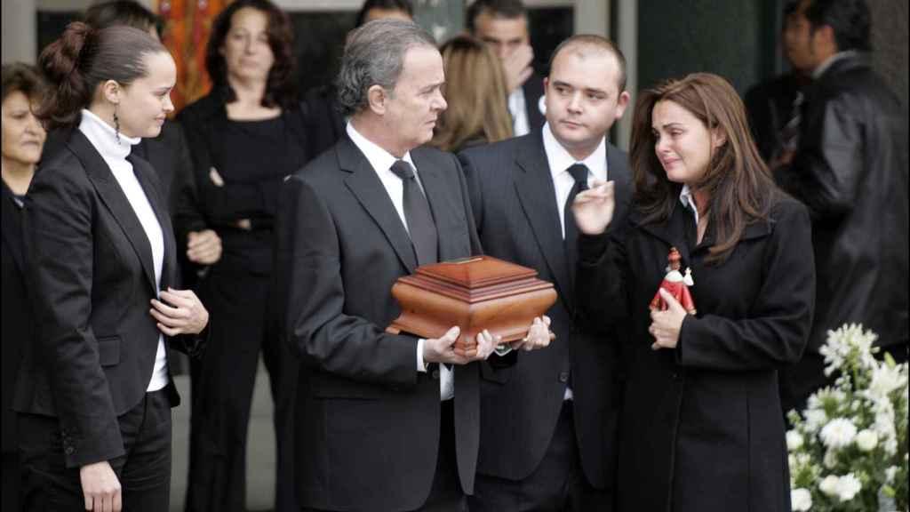 De izquierda a derecha: Shaila Dúrcal, Antonio Morales, Rocío Morales y Antonio Morales en el funeral de Rocío Dúrcal.
