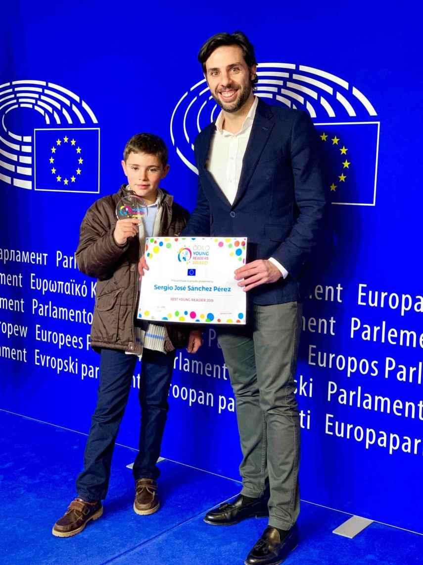 Sergio Sánchez, galardonado con el 'Young Readers Award 2019' y Rodrigo Rodríguez, fundador de Odilo, en el Parlamento Europeo.