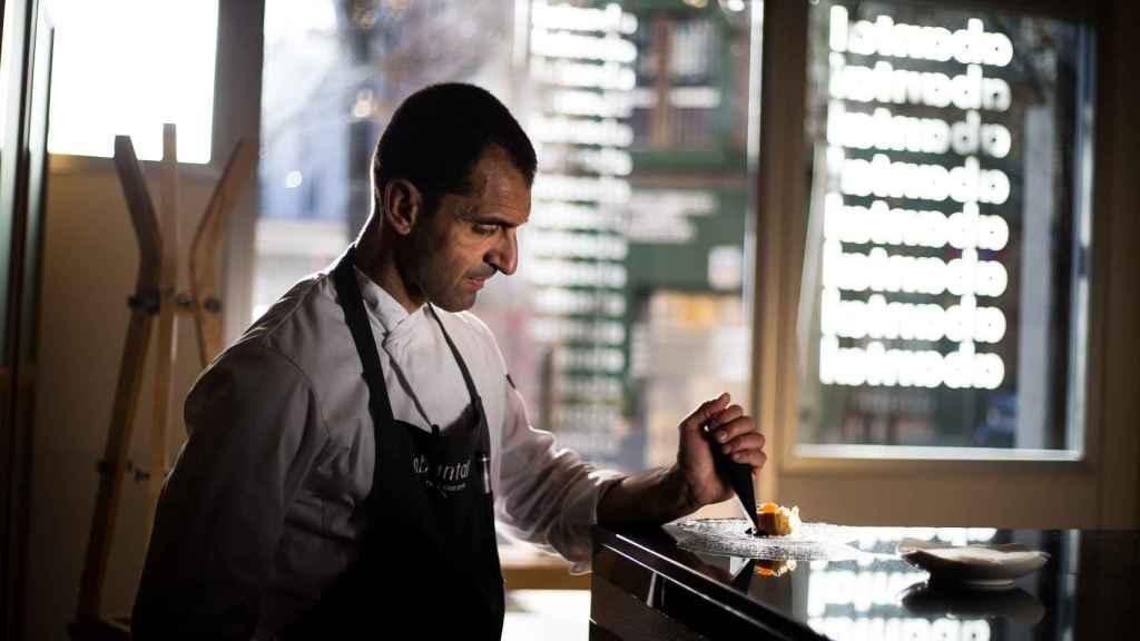 El ajo negro se elabora gracias a un proceso de maduración en la que participan tres variables: la temperatura, la humedad y el tiempo. En la imagen, el chef Julio Fernández, del restaurante Abantal.