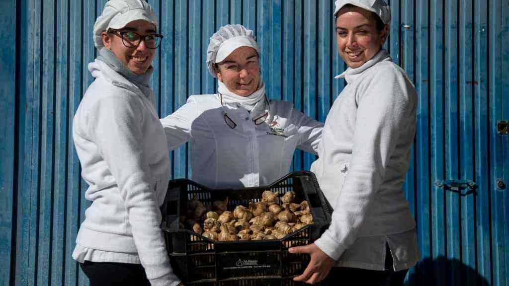 En el centro Teresa Jiménez, empleada de 'La Abuela Carmen' junto a sus hijas y compañeras de trabajo, Teresa y Rosario.