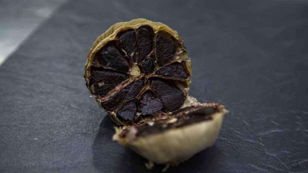 El ajo negro es un producto utilizado habitualmente por el chef Julio Fernández, del Restaurante Abantal.