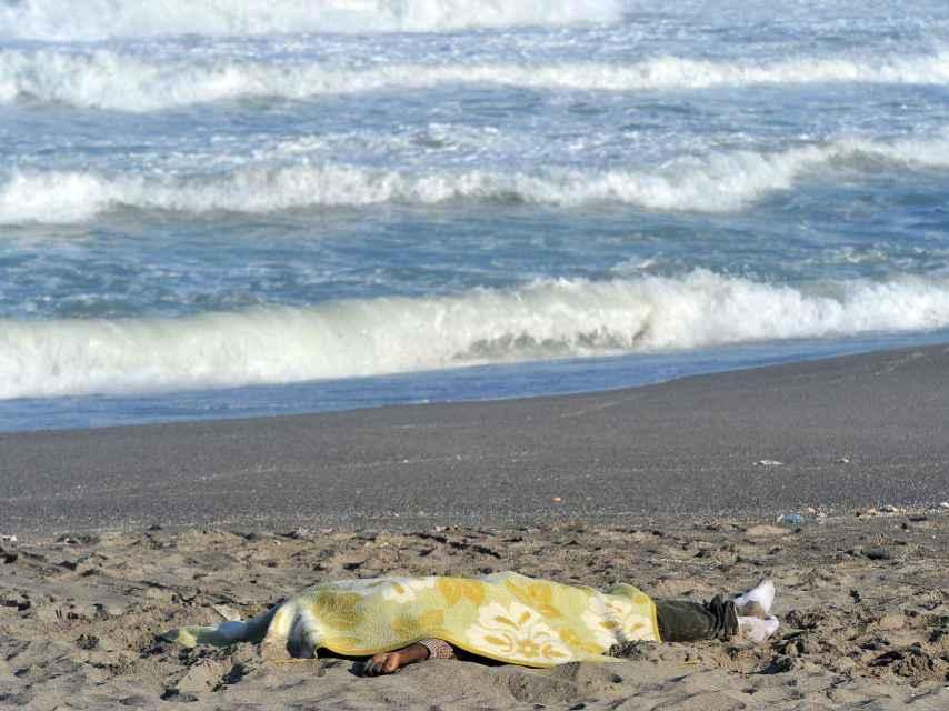 El 5 de noviembre de 2018 un patera con 25 inmigrantes naufragó frente a las costas de Barbate (Cádiz). Con el paso de los días el mar fue expulsando los cadáveres hasta distintas playas gaditanas.