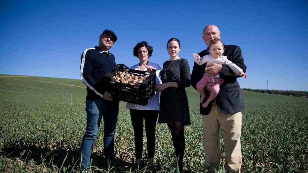 La familia Vaquero Ortíz es una de las principales empresas exportadoras de ajo negro del mundo.