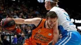 Kyle Singler defiende a Aaron Doornekamp en el Valencia Basket - Monbus Obradoiro