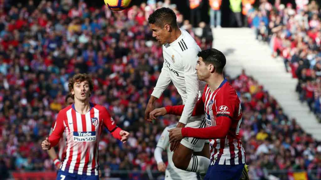 Varane supera a Morata en un balón aéreo