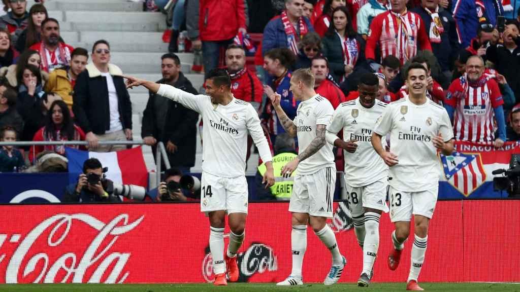 Casemiro celebra el gol del Real Madrid ante el Atlético con sus compañeros