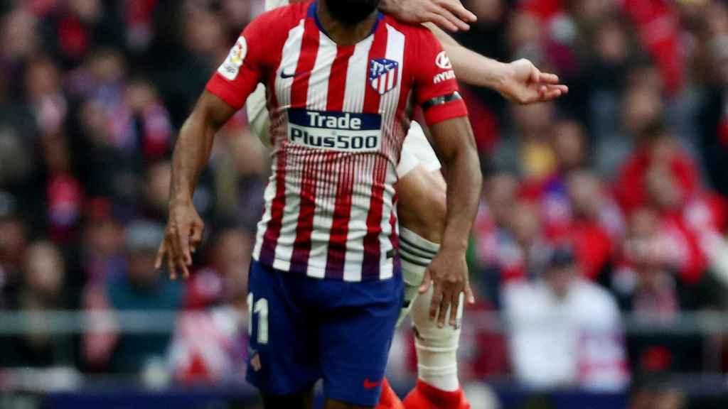 Thomas Lemar y Karim Benzema pelean por un balón