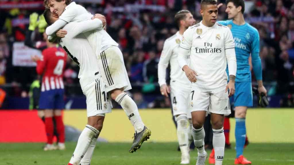 Los jugadores del Real Madrid celebran la victoria al Atlético de Madrid