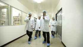 Nicolás Maduro durante una visita a la farmacéutica confiscada.