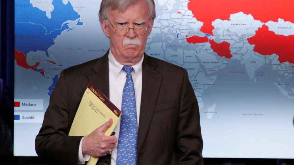 John Bolton, asesor de Seguridad Nacional de la Casa Blanca, posando con sus notas: 5.000 soldados a Colombia.