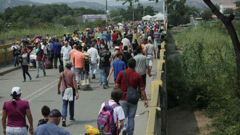 Miles de venezolanos cruzan cada día el puente Simón Bolívar.
