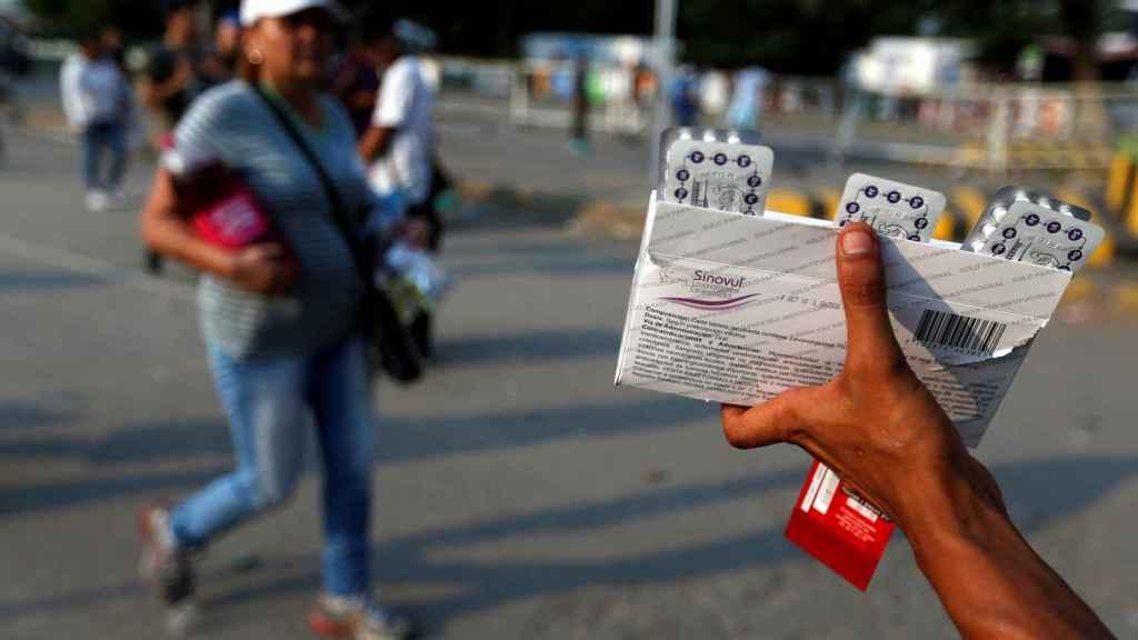 Un vendedor ofrece medicinas en pleno puente Simón Bolívar, entre Colombia y Venezuela.