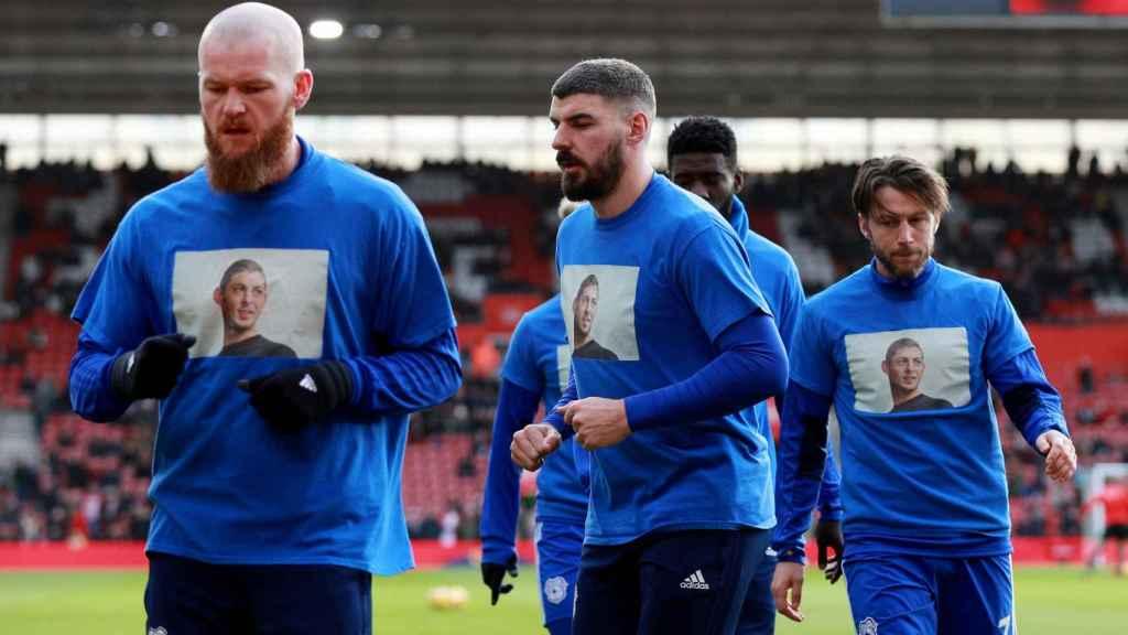 Los jugadores del Cardiff City calentando con camisetas en apoyo a Emiliano Sala