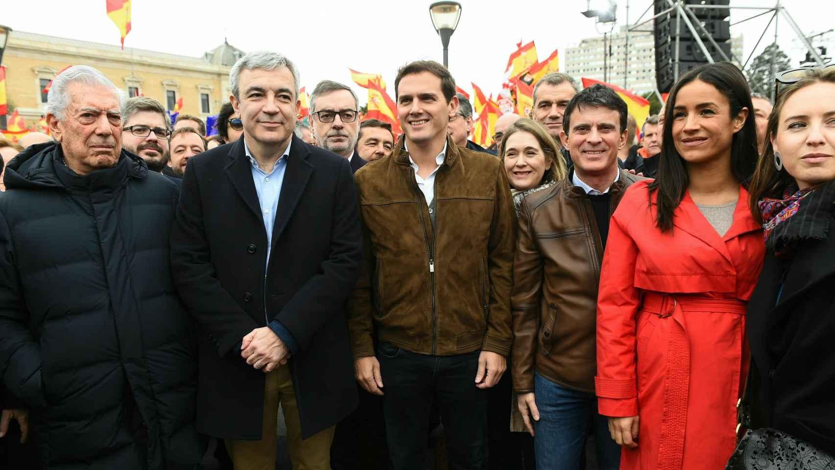 Manuel Valls, junto a Rivera, Villacís, Garicano y Vargas Llosa, en la concentración.