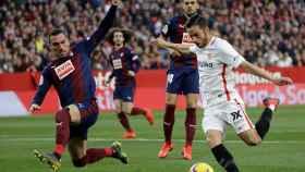 Sarabia pelea un balón con Arbilla en el Sevilla - Eibar de La Liga