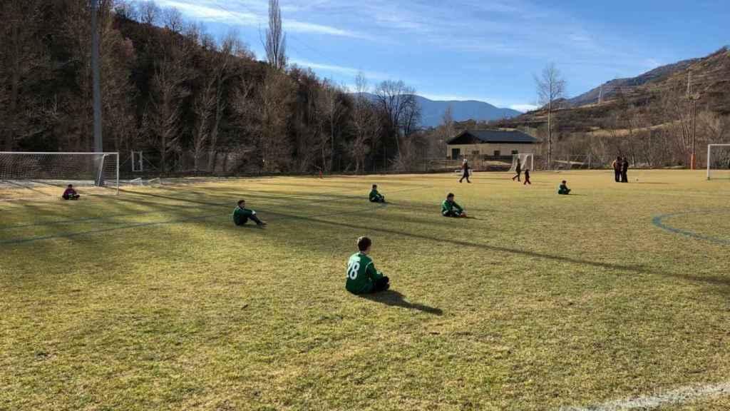 Un equipo de niños protesta por los insultos machistas hacia las jugadoras del Terrasa