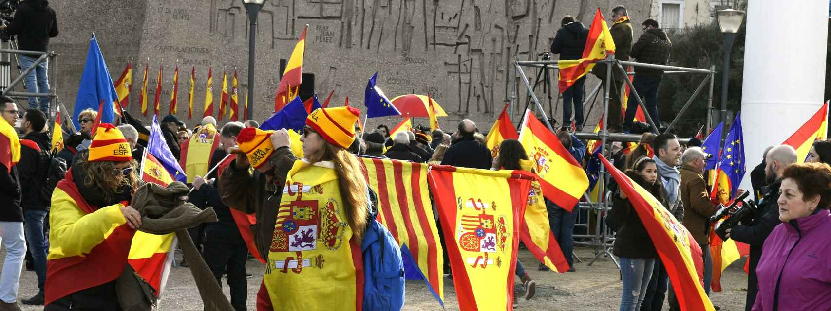 Manifestantes con banderas catalanas, españolas y europeas horas antes del inicio de la concentración en Colón.