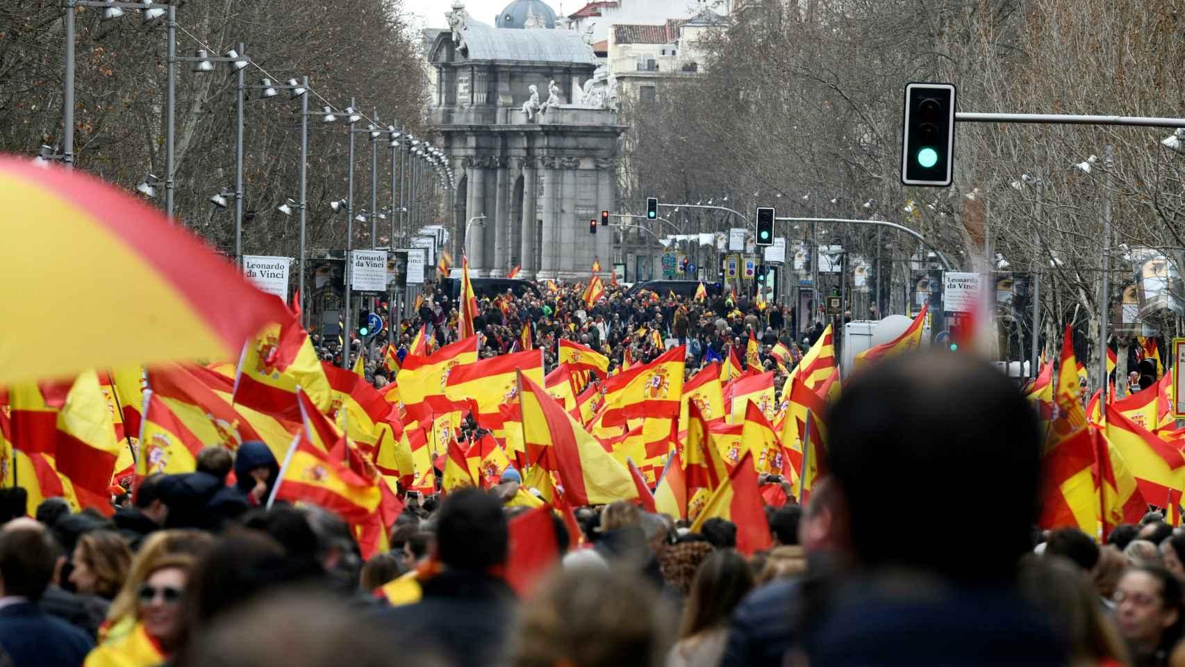 Desde la calle Velázquez, mirando a la puerta de Alcalá, las calles de Madrid atestadas de manifestantes.