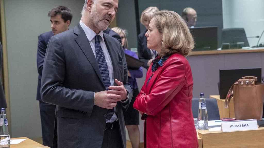 La ministra Calviño conversa con Moscovici durante el Eurogrupo